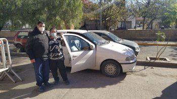 Su hijo está internado por una rara enfermedad y duermen en el auto porque no tienen dinero