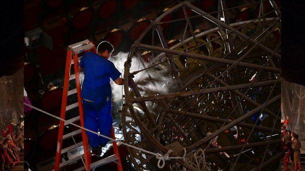 Mantenimiento anual de la araña del Teatro Colón en 2018. Foto: Prensa Teatro Colón