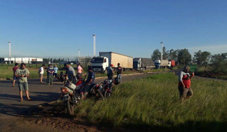 Camioneros cortan el puente internacional de Paso de los Libres y hay tensión con choferes brasileños
