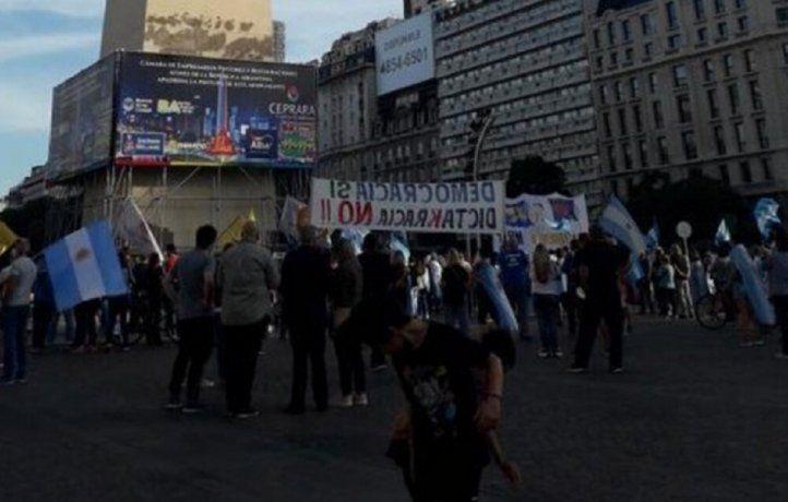 Manifestantes se concentraron en el Obelisco y en Olivos para protestar por la suspensión de clases