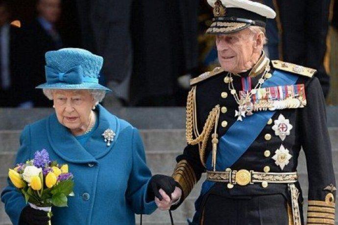 Isabel II junto al príncipe Felipe