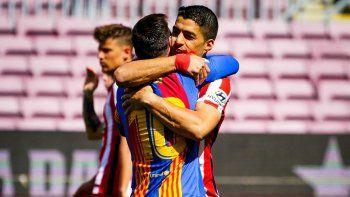 el abrazo de messi con suarez en la previa de barcelona vs atletico madrid